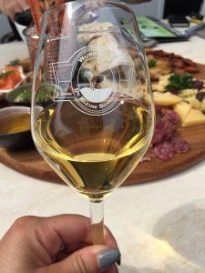 Witte wijn met borrelplank